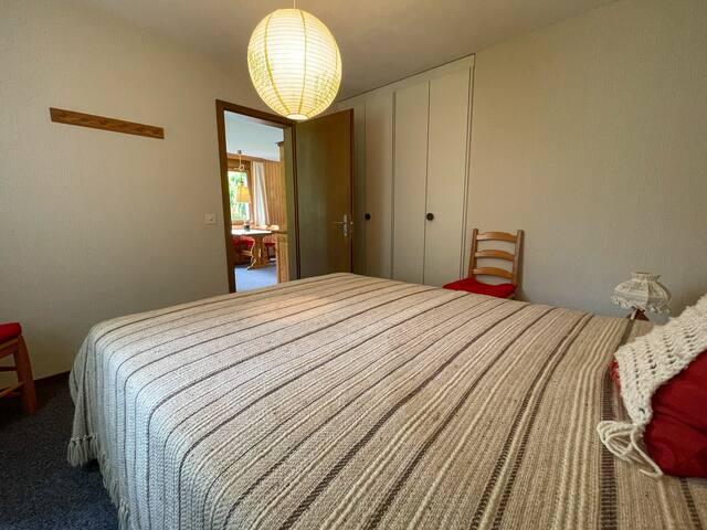 Schlafzimmer mit Doppelbett Ansicht 1