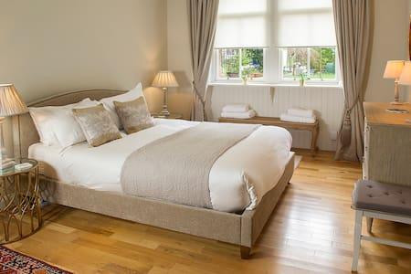 Luxury ground floor flat with garden - West End