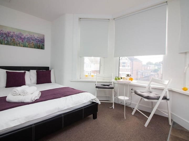 Apartment close to Airport & transport links (3FF)