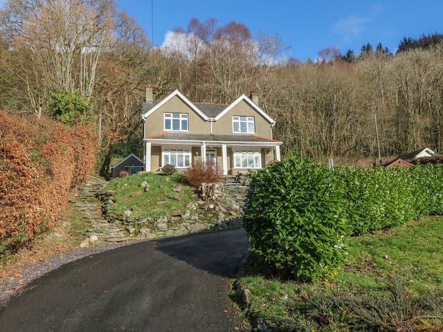 COEDFRYN, pet friendly, with open fire in Betws-Y-Coed, Ref 975616