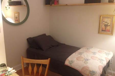Clean, private room w/friendly host - Buffalo - Huis
