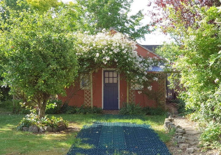 Self-contained studio annexe, centre of Wells