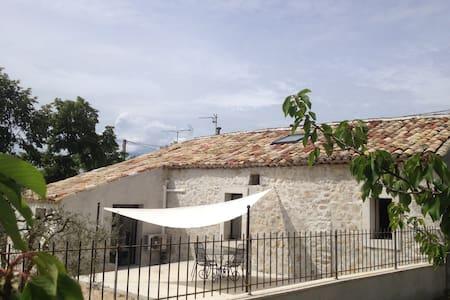 Maison en pierre avec jacuzzi et climatisation - Vallon-Pont-d'Arc - 一軒家