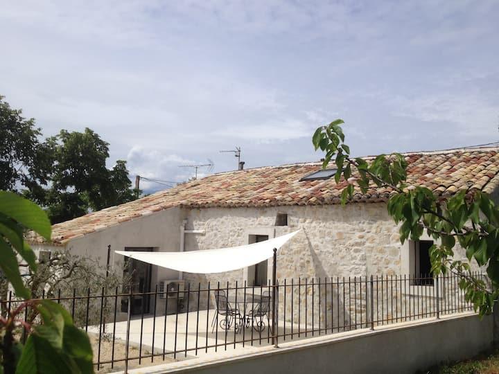 Maison en pierre avec jacuzzi et climatisation