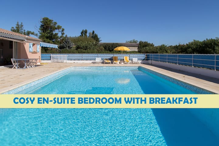 Provencal en-suite double bedroom by swimming-pool