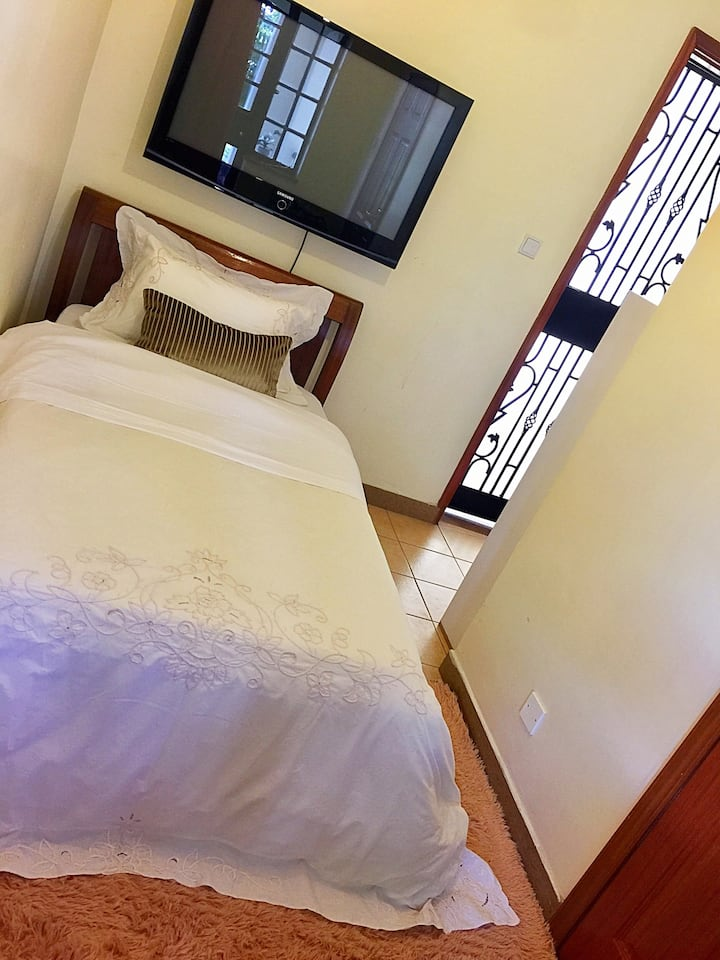 Affordable Private Cozy Room with Pool & Greenery