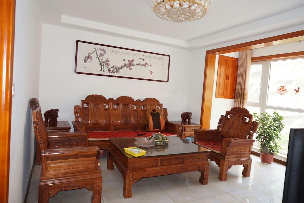 宽敞明亮的客厅,全红木家私