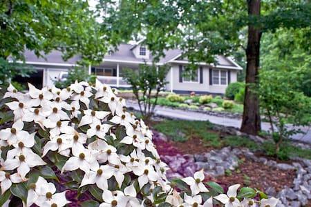Hummingbird Gardens - 11 minutes to TIEC - Haus