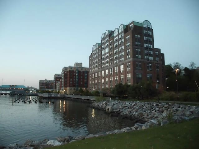 Lux Waterfront Spacious Unit w/ River Views - Yonkers - Condominium