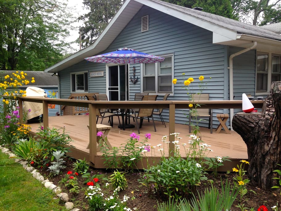 Meals are a joy on the deck, with a gas grill and lake breezes.