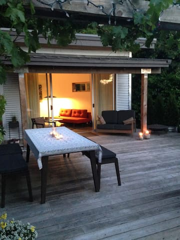 Convenient yet private studio in the garden - West Vancouver - Blockhütte