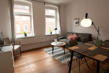 2BR old building charm! Netflix & 24h check-in