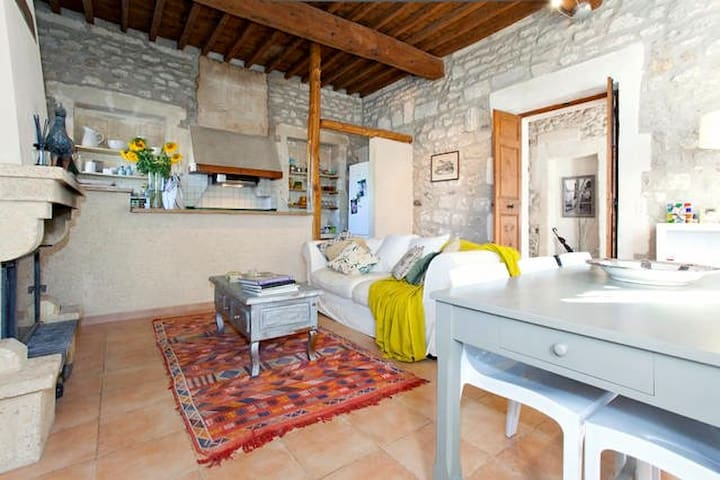 Bedroom in lovely stone farmhouse - Maillane - 一軒家