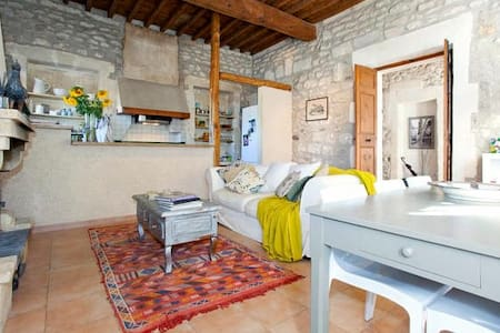 Bedroom in lovely stone farmhouse - Maillane