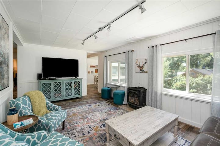 Discounted Steamboat Lift Tickets! Fabulous Bungalow, Newly Remodeled, Steps from Downtown Steamboat - Yahmonite Cottage