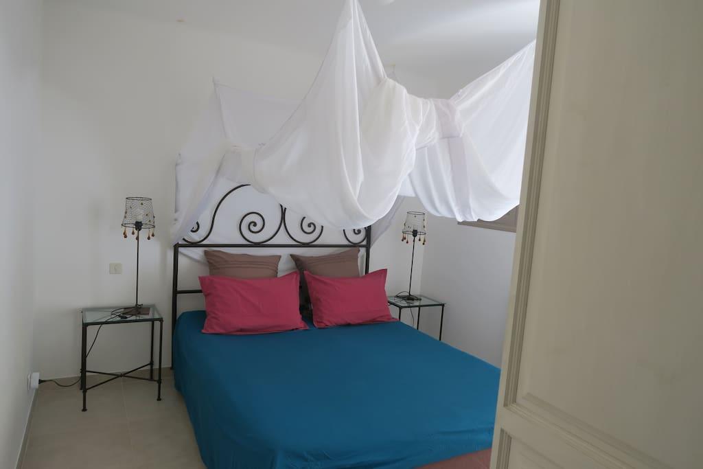 Chambre double 'Crète', lit avec moustiquaire type 'baldaquin'