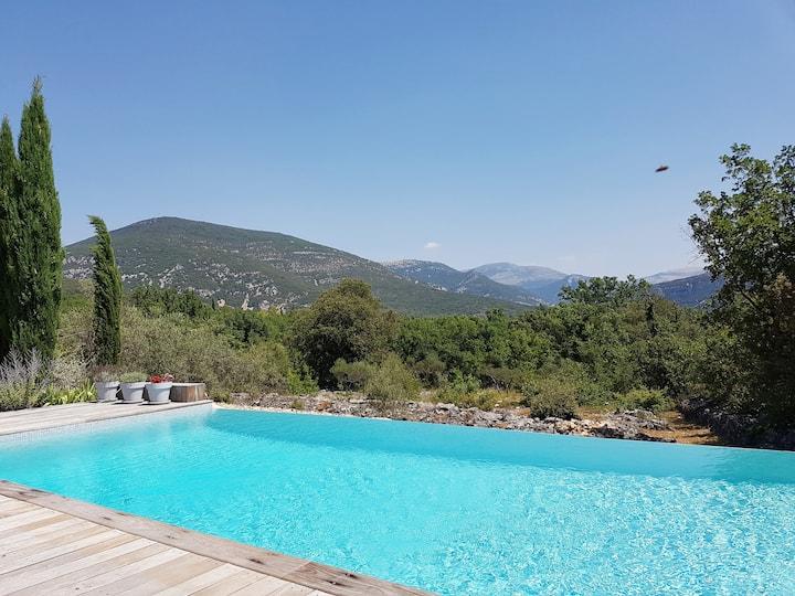 Villa avec piscine privée parmi les oliviers
