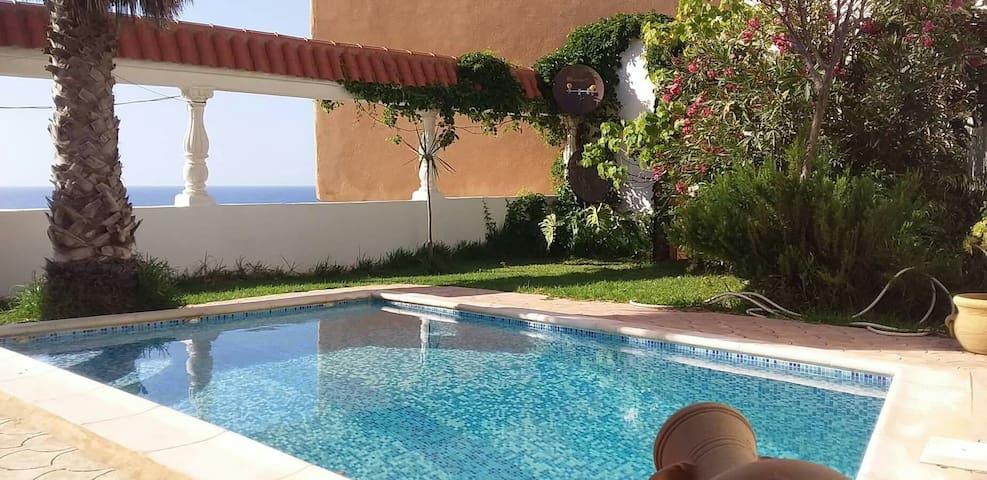 Villa pieds-dans-l'eau avec piscine (Tipaza)