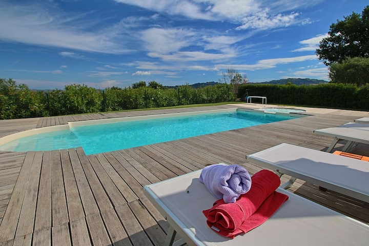 Luxurious Cottage with Swimming Pool in Montelabbate