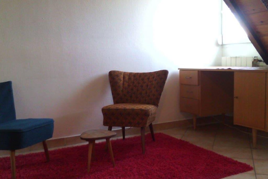 Espace détente, lecture, bureau sixties, table tripode, fauteuils coktail années 50