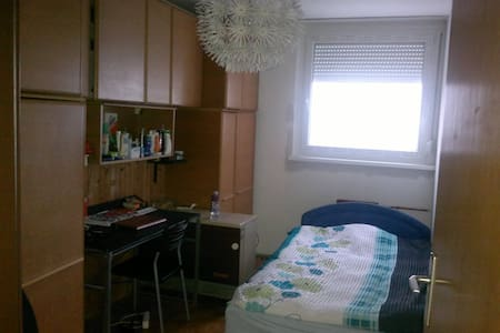 Cute little room in quiet area. - Reno