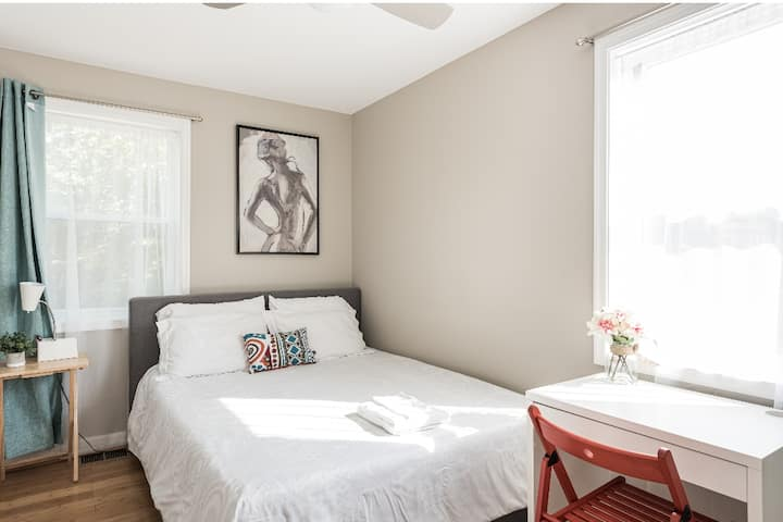 Sunny Room steps from metro - Parking available