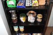 Il mobile per la colazione: brioches, biscotti, marmellate, nutella; the, caffè, zucchero; snack salati