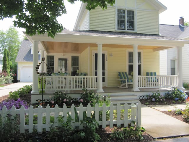 Large private suite with breakfast - Frankfort - Bed & Breakfast