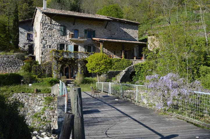 Charming old traditional Ardèche stone house - Montpezat-sous-Bauzon - Inap sarapan