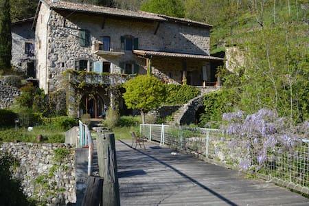 Charming old traditional Ardèche stone house - Montpezat-sous-Bauzon - Penzion (B&B)