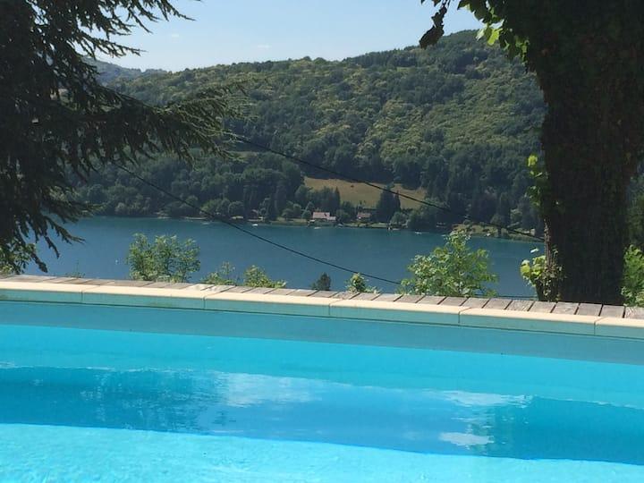 Villa,piscine chauffée,vue exceptionnelle sur lac.