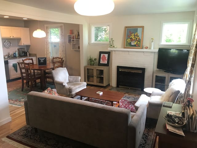 Cozy Cape Cod within short walk to Carytown!