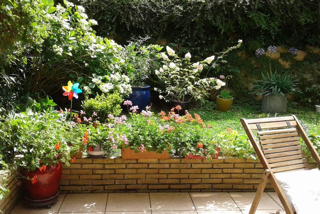 terrasse avec chaises et table de jardin-plein sud-store électrique-
