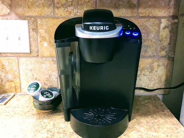 Coffee maker with complimentary coffee pods