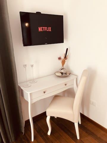 Comodino, ideale per chi possiede un computer portatile, televisore con netflix collegato al Wi-Fi