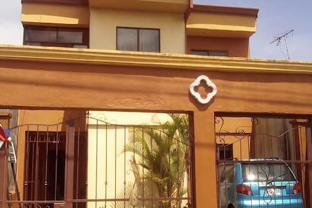 Hab. Comodidad de un Hotel en casa - Cartago - บ้าน