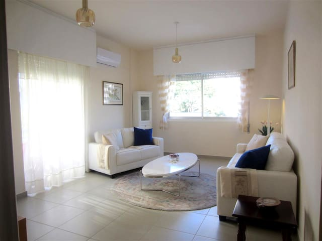 Lovely 2 Bed Apartment - 200m Sea! - Limasol - Apartamento