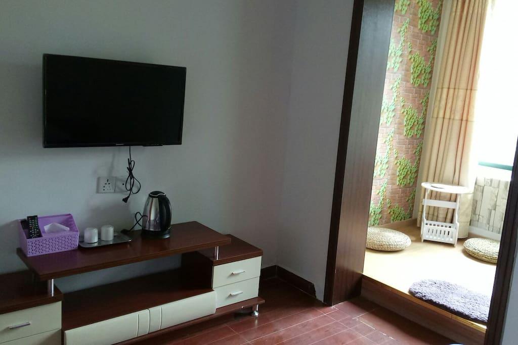 房间配有挂墙智能电视