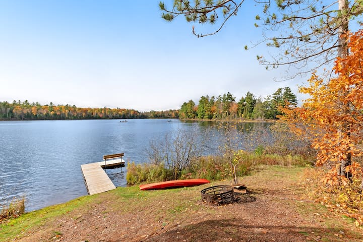 Charming cabin w/ full kitchen, deck, firepit & lake access!