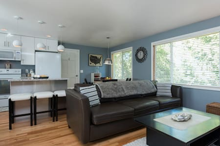 Beautifully updated South West Seattle Home! - ซีแอตเทิล - บ้าน