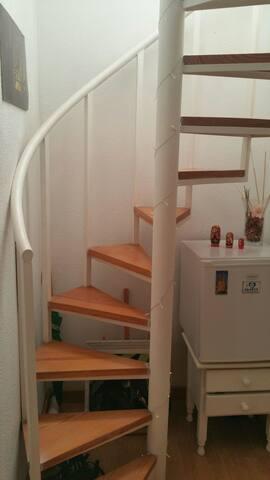Escalera angosta de acceso a planta alta.