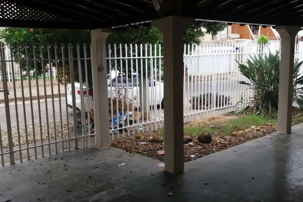 Vista interna da varanda frontal e outra garagem