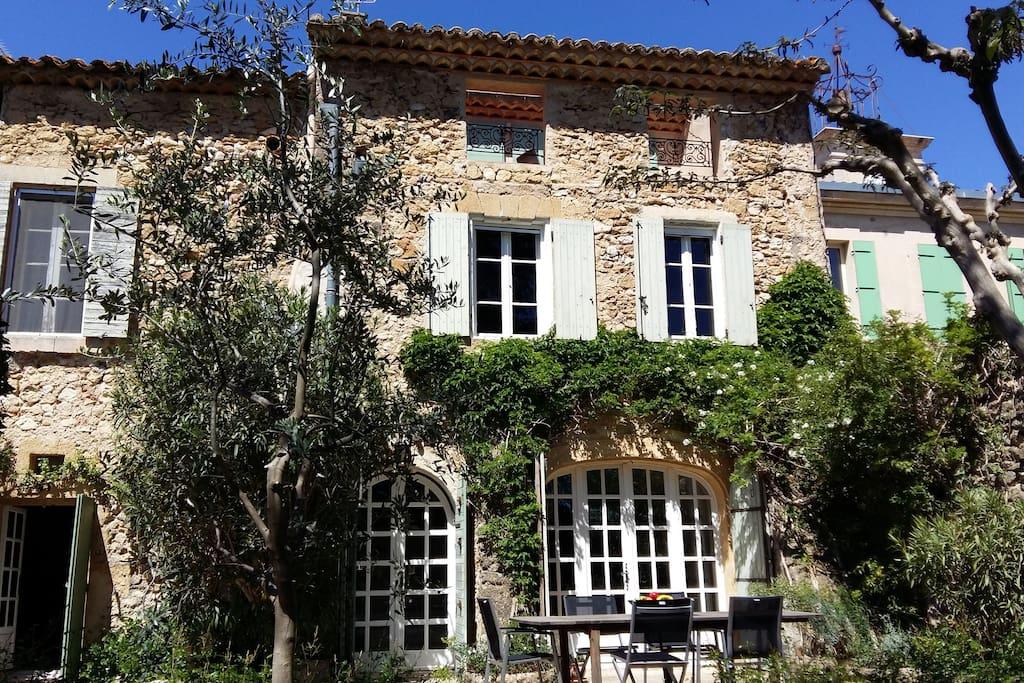 Une maison provençale ensoleillée et fleurie