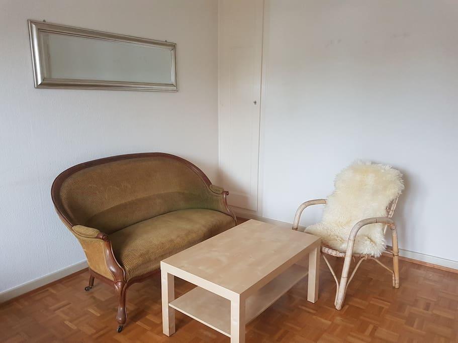 Coin salon avec canapé et table basse