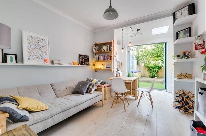 Quiet bedroom with bathroom in Brixton