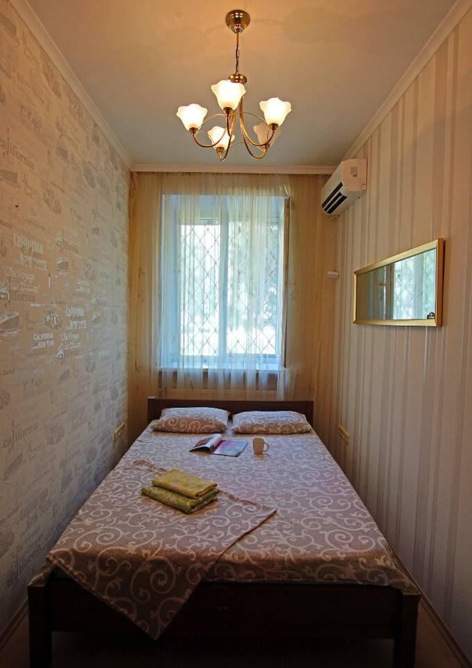 В комнате находится двуспальная кровать.Телевизор.Небольшой шкаф,где можно разместить свои вещи.