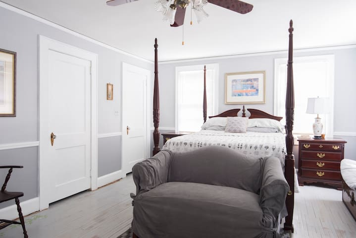 4 Poster bed in airy/spacious room - Gastonia - Casa