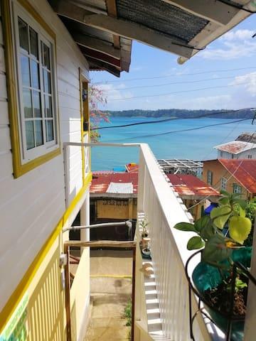 Escalera, ubicado en segundo piso. Vista a la Bahía de Bastimento.