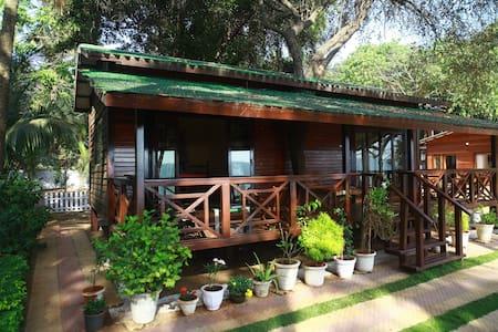 Little Paradise, beachfront deluxe wooden cottage - Murud