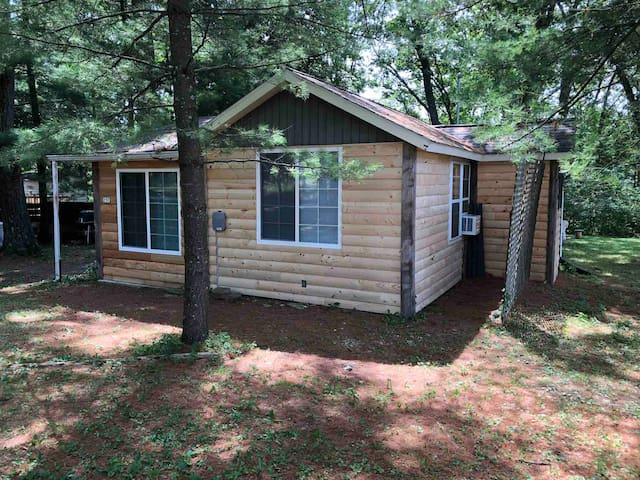 Goose Lake Getaway - cabin, short walk to lake!
